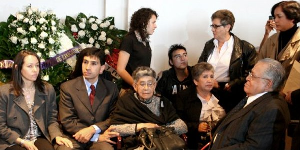 Doña Edelmira Henao, madre del camarada Valencia, y otros familiares y amigos durante los funerales efectuados en la sede Nacional del MOIR el 20 y el 21 de septiembre de 2008.