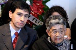 Edelmira Henao y Hèctor Hernan Hidalgo, madre y sobrino del compañero Héctor Valencia Henao.